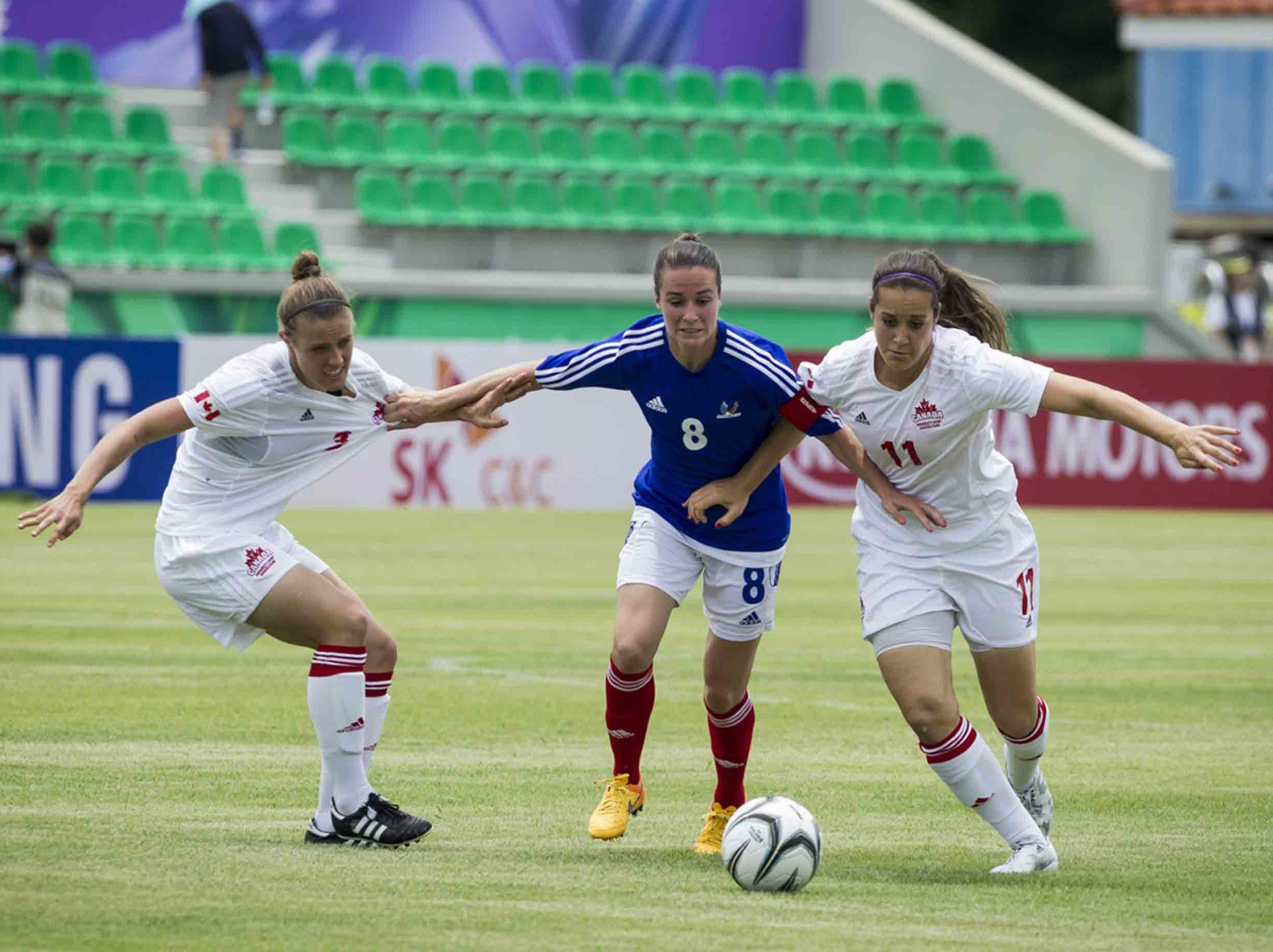 Mélissa Plaza est une footballeuse professionnelle et conférencière sportive