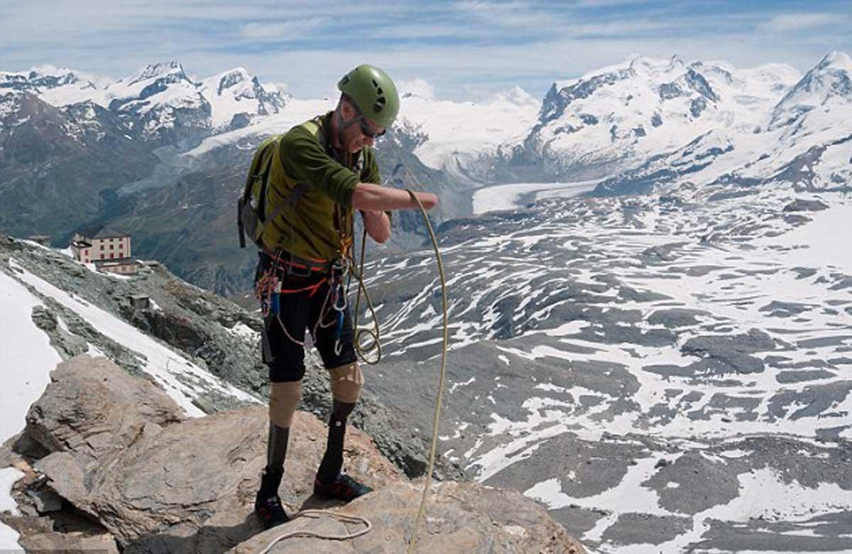 Jamie Andrew est un alpiniste écossais. Jamie est aussi conférencier et partage sa force de résilience auprès des entreprise à travers son histoire bouleversante