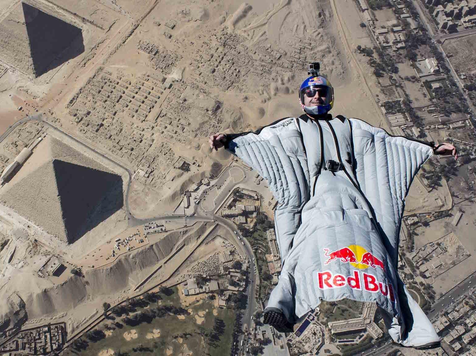 Cédric Dumont est parachutiste de base jump est wingsuit. Cédric Dumont est aussi conférencier sportif pour WeChamp Entreprise