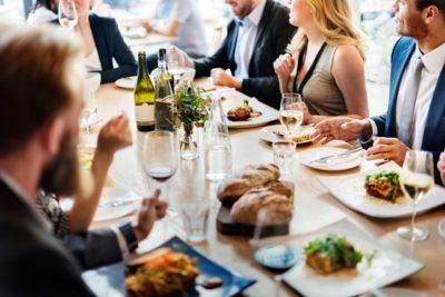diner conférence conférencier lors d'un diner